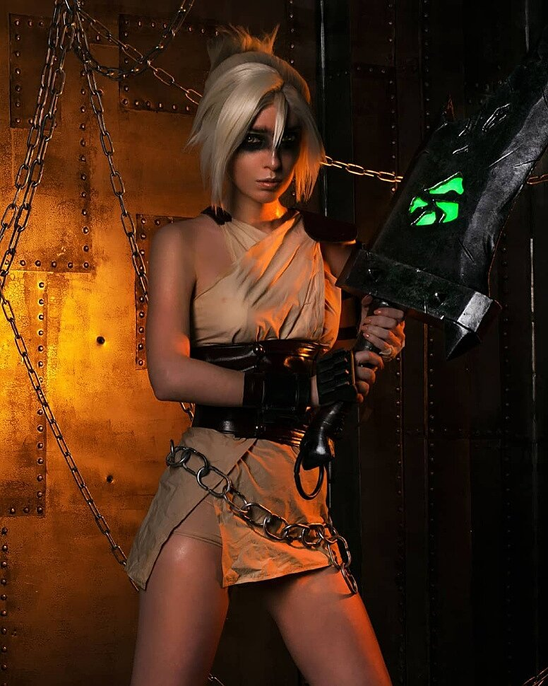 Russian Cosplay: Riven (League of Legends) by Daria Flora