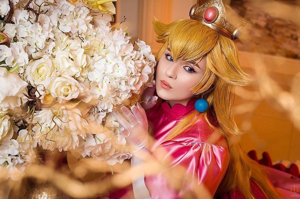 Russian Cosplay: Princess Peach & Princess Zelda (Nintendo)