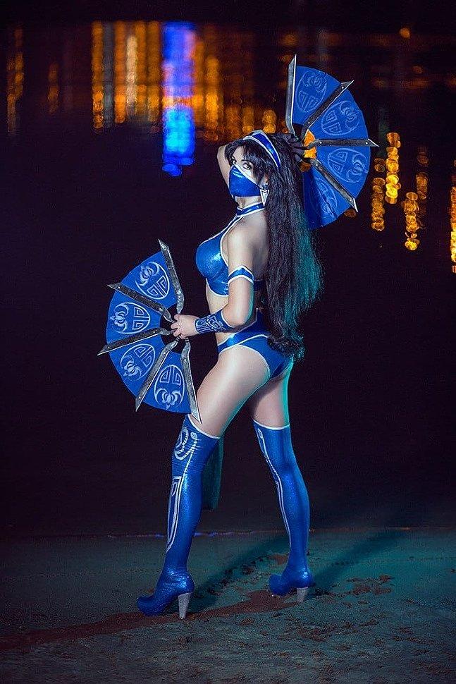 Russian Cosplay: Kitana & Skarlet (Mortal Kombat IX)