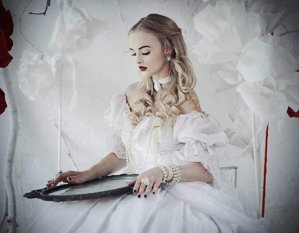 Russian Cosplay: White Queen (Alice in Wonderland) by katssby